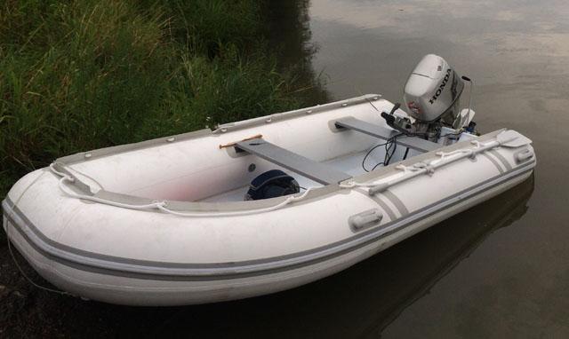 weißes boot mit festrumpf 1