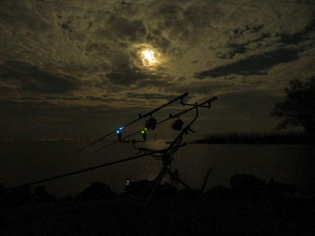 5. teliholdas éjszaka a tavon