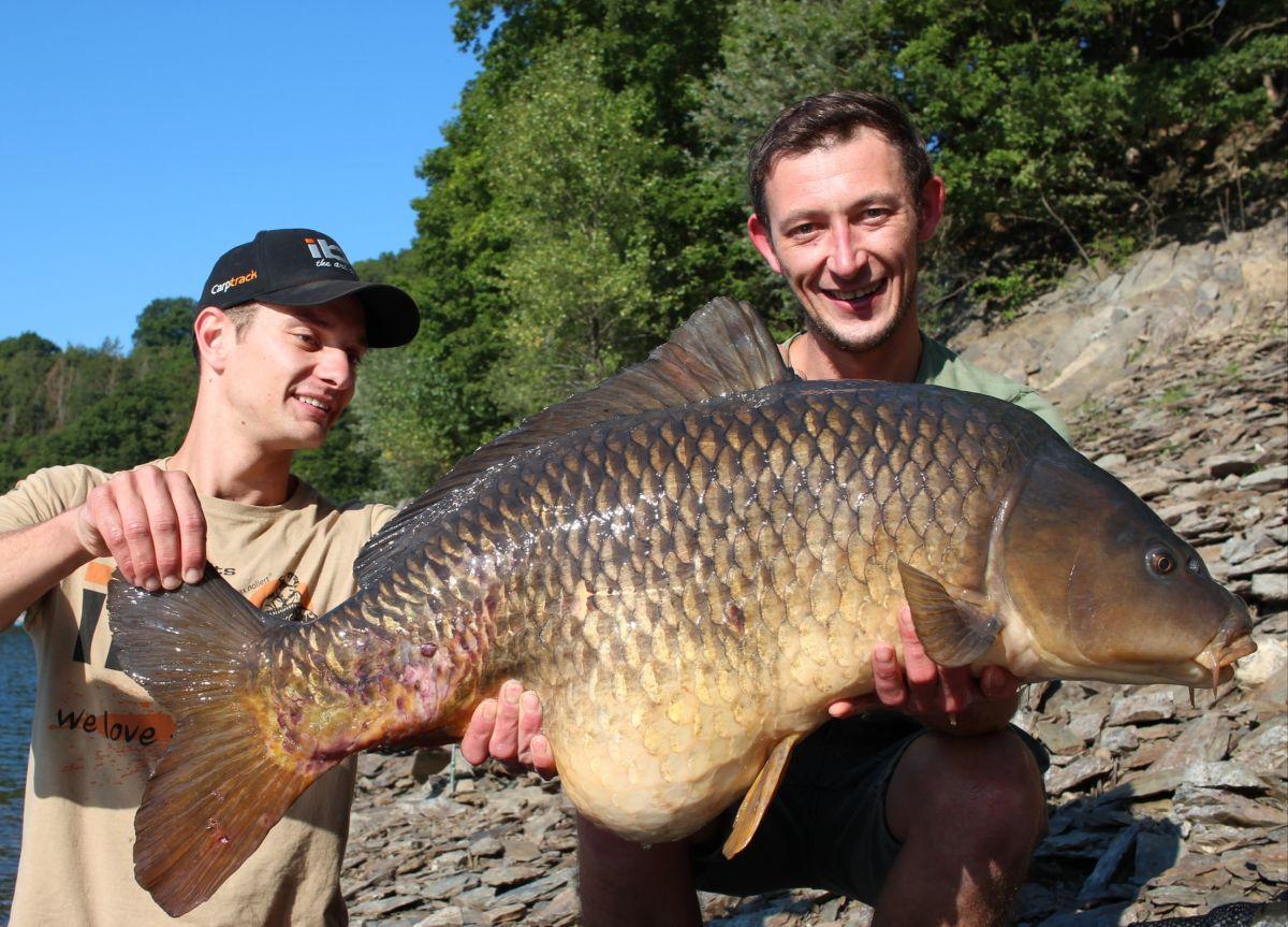 Lars Krüger mit seinem Kumpel Marcel, welcher einen schönen Karpfen im Arm hält
